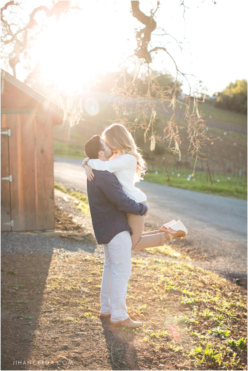 ENGAGEMENT PHOTOS TIPS AND TRENDS SUNLIGHT KISS